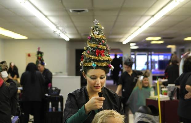 Com cabelo em formato de árvore de Natal, Melissa Cossack atende cliente.