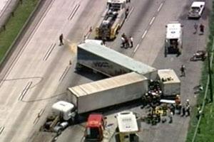 Acidente com caminhões bloqueia Rodoanel; bombeiros resgatam 2 (Reprodução/TV Globo)
