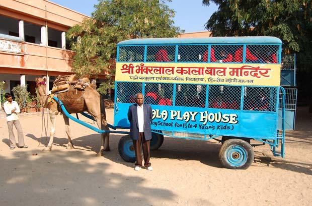 Transporte escolar puxado por camelo foi criado por Mewaram Jangid.