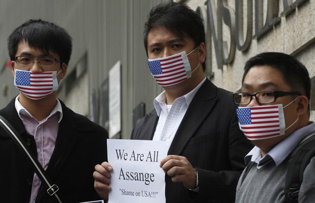 Manifestantes pró-Assange fazem ato em frente ao consulado dos EUA em Hong Kong nesta sexta-feira (10).
