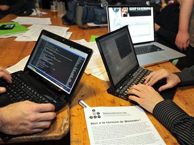 Hackers franceses acessam o WikiLeaks em café na cidade de Lille nesta quinta-feira (9).