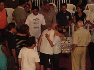 Primeira-dama de Jandira, Mara Pashoalin (de branco) recebe condolências pela morte do marido, Braz Paschoalin