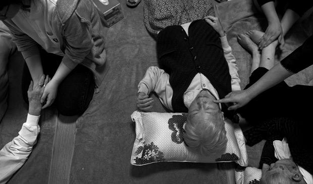 Estudantes do ensino médio visitam pacientes de repouso em Seul, na Coria do Sul; país está treinando milhares de pessoas, incluindo crianças, para cuidar de pacientes com doenças ligadas à demência