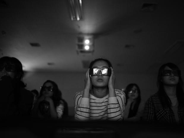 Estudante do ensino secundário assistem a filme em 3D que mostra como uma mulher portadora da doença age em casa