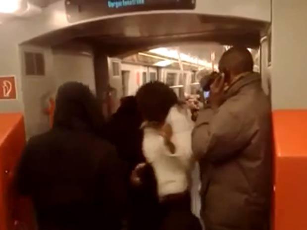 Passageiros se aglomeram ao redor para assistir e poder filmá-los.