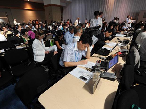 Representantes dos 190 países que participaram da Conferência do Clima analisam o pacote de medidas aprovado na madrugada deste sábado (11).