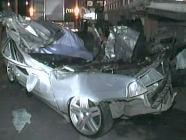Acidente em Poços de Caldas deixa três mortos e carro destruído