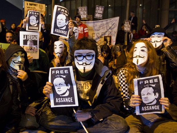Manifestantes usam máscara de personagem de filme 'V de Vingança' em protesto na embaixada britânica de Madrid, na Espanha, contra a prisão do ativista eletrônico Julian Assange, do Wikileaks.