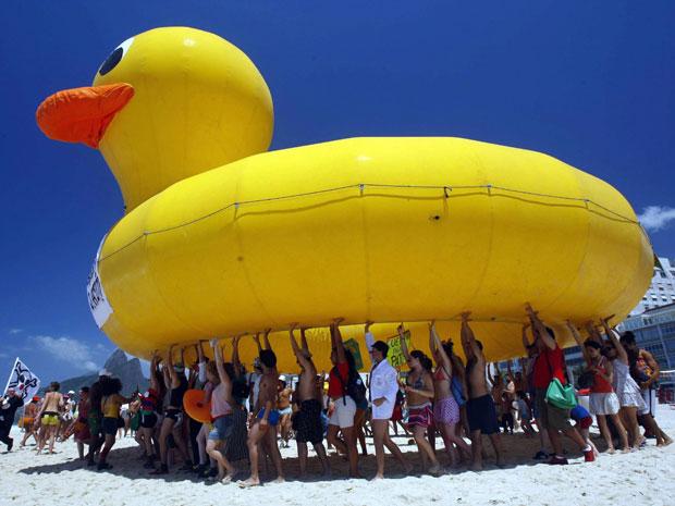 Pato gigante na Praia de Ipanema