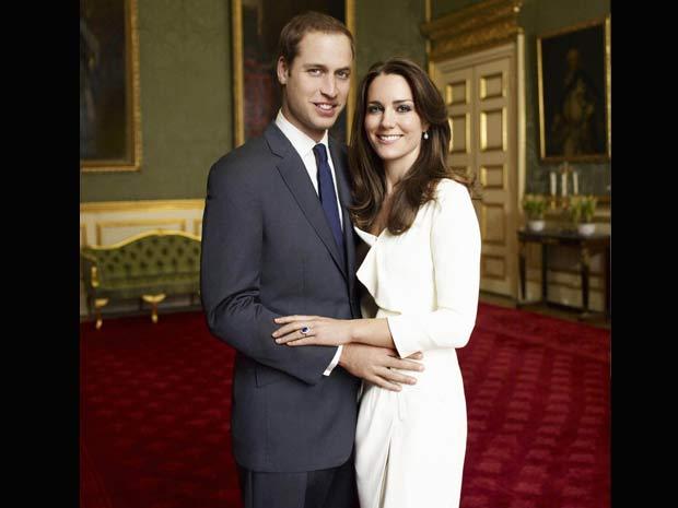 O príncipe William e sua noiva, Kate Middleton, em imagem oficial do dia do noivado