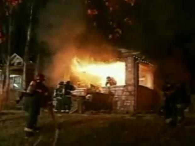 Fogo surpreendeu os bombeiros que estavam no segundo andar da residência.