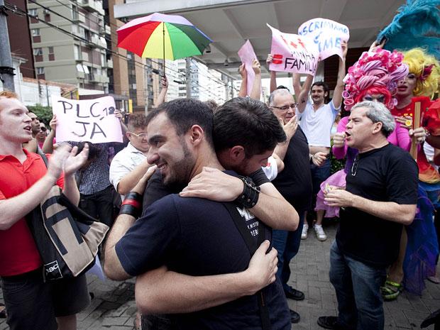 Mnifestantes fazem beijaço na região da avenida Paulista, em protesto à onda de agressões e a favor da aprovação de lei que criminaliza homofobia.