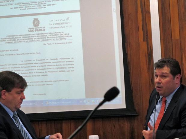Aurélio Miguel (à dir.), vereador pelo PR, exibe documentos que comprovariam as irregularidades cometidas pelo então secretário Kassab