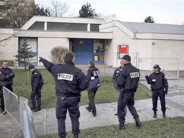 policiais cercam área próxima à escola maternal Charles-Fourier