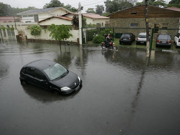 Chuva causa alagamento na Rua Romão Gomes, no Butantã