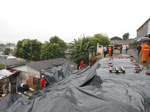 Casa ficou danificada pela queda de muro em Curitiba