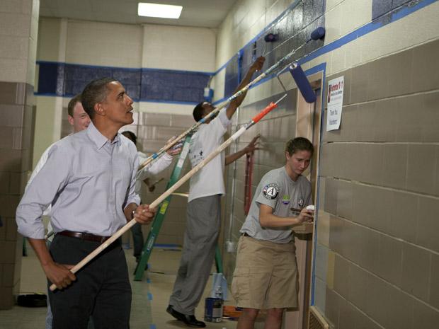 O presidente Barack Obama participa do Dia do Serviço Social pintando parede de escola em Washington