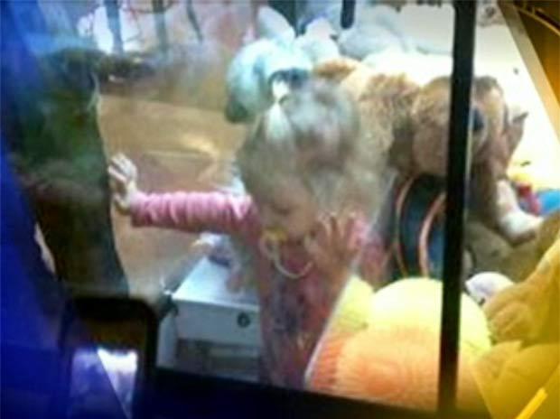 Menina de dois anos ficou presa dentro de uma máquina de brinquedo.