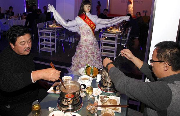 Restaurante na China testa trocar garçons por robôs