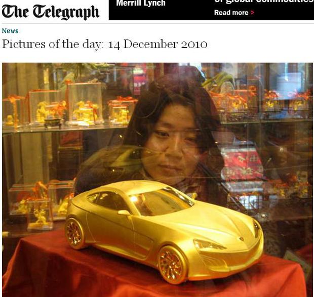 Mulher olha para um carro de ouro na janela de uma joalheria em Nanjing, província de Jiangsu, na China. A loja traz na vitrine o modelo que é mais caro do que o carro de verdade. O objeto pesa 5 kg e vale mais de três milhões de yuans ( o equivalente a R$ 764 mil)