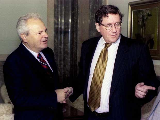 Richard Holbrooke e o presidente sérvio Slobodan Milosevic, em Belgrado, em setembro de 1996.