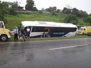 Ônibus derrapou na Niterói-Manilha