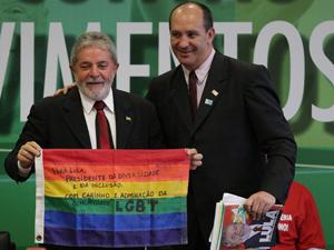 O presidente Luiz Inácio Lula da Silva, ao lado do presidente da Associação Brasileira de Gays, Lésbicas, Bissexuais, Travestis e Transexuais (ABGLT), Antônio Luiz Martins dos Reis, segura uma bandeira da ABGLT durante reunião com representantes de Movimentos Sociais, no Salão Nobre do Palácio do Planalto, em Brasília, nesta quarta-feira.