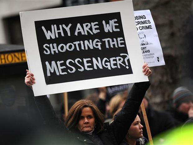 Manifestantes pedem nesta terça-feira (14) a libertação de Julian Assange em frente a tribunal no centro de Londres.