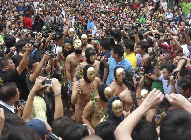 Protestos com alunos nus são frequentes em universidade filipina.
