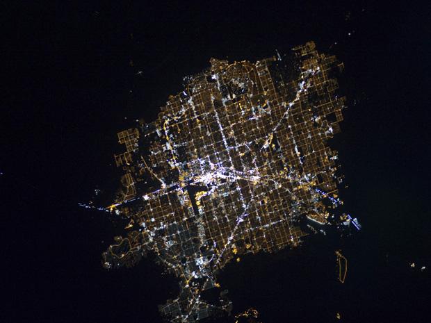 Imagem divulgada pela Nasa mostra as luzes da cidade americana de Las Vegas, vistas a partir da Estação Espacial Internacional (ISS). A foto mostra contraste entre a iluminação noturna e o deserto que cerca a cidade. Las Vegas é considerada o ponto mais brilhante da Terra, por conta da concentração de luzes de seus hotéis e cassinos. A tripulação da estação faz a imagem com uma câmera operada manualmente, enquando a ISS se move a uma velocidade superior a 7 quilômetros por segundo em relação à superfície da Terra.
