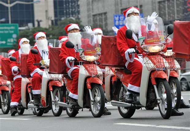 Carteiros se vestem de Papai Noel passeiam para entregar presentes em Seul, na Coreia do Sul, no dia 13 de dezembro.