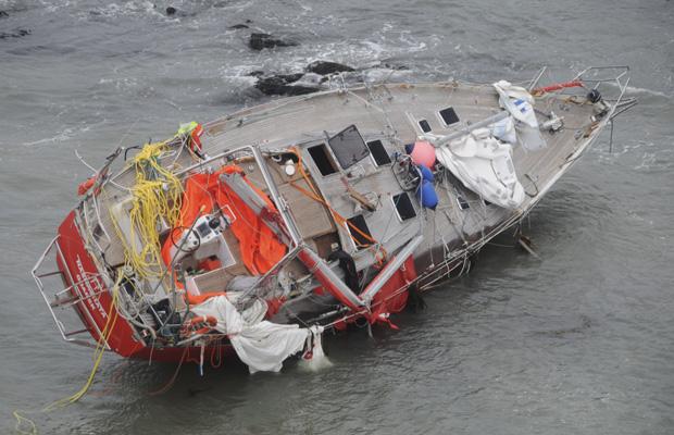 O iate polonês Nashachata é visto na terça-feira na Baía Sloggett, no Estreito de Beagle, na Argentina. O barco, que voltava de uma viagem pela Antártida, teve uma pane e acabou se chocando contra rochas durante uma tempestade na segunda-feira, matando Marek Radwanski, empresário do setor esportivo, e seu irmão Pawel, confirmou nesta quinta-feira (16) a Marinha da Argentina. Cinco pessoas que estavam a bordo foram resgatadas com vida.