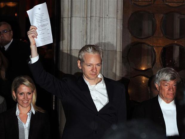 O fundador do WikiLeaks, Julian Assange, celebra sua libertação ao deixar tribunal nesta quinta-feira (16) em Londres.