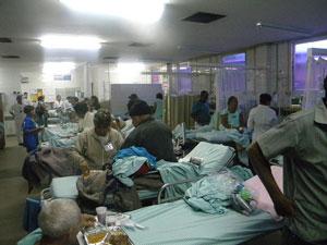 Situação de lotação registrada em fevereiro de 2010 no Hospital Agamenon Magalhães, em Recife, referência em cardiologia na região