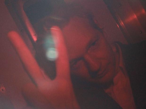 O fundador do WikiLeaks, Julian Assange, é visto em veículo da polícia nesta quinta-feira (16) em Londres.