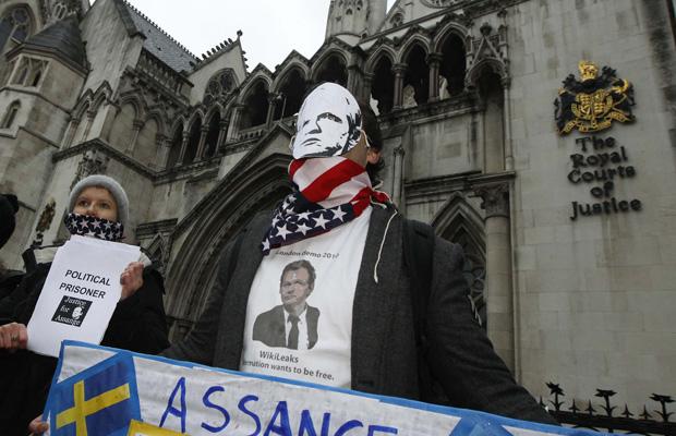 Manifestantes pró-Assange em frente ao tribunal nesta quinta-feira (16) em Londres.