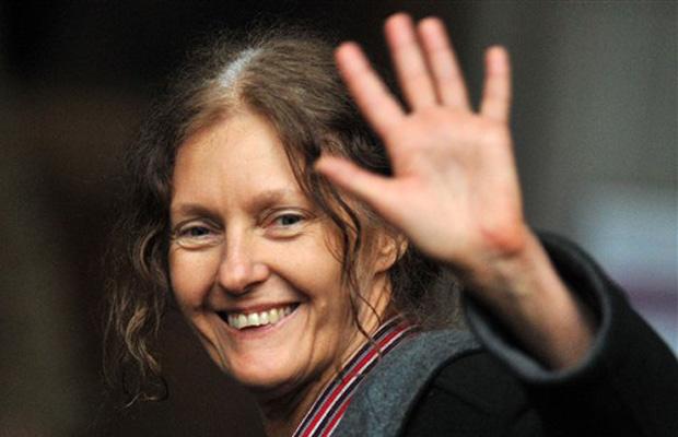 Christine Assange, mãe do fundador do WikiLeaks, acena para jornalistas em frente ao tribunal nesta quinta-feira (16) em Londres.