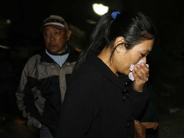 Sujata Shrestha, mãe da comissária de bordo Sidikshha Gurung, chora ao saber que o avião que levava sua filha estava desaparecido.