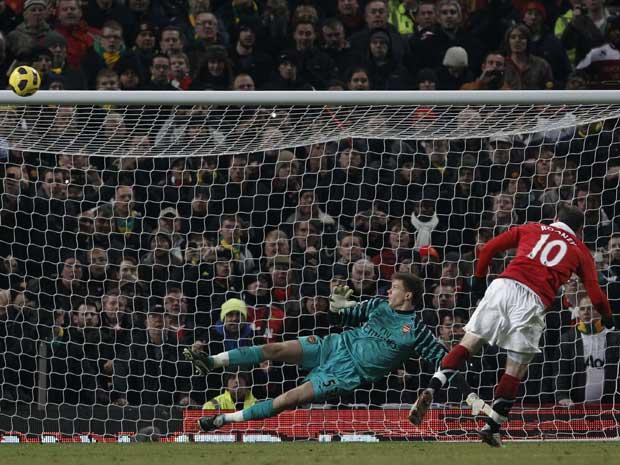 Wayne Rooney, do Manchester United, perde pênalti em jogo contra o Arsenal