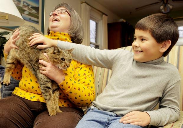 Kathy Holley e seu filho Dwight com o gato 'Harry'.