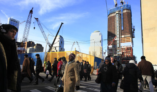 Moradores de Nova York passam próximo ao canteiro de obras do novo World Trade Center; término de obra está previsto para 2013