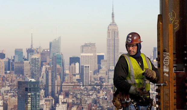 Trabalhador preso à coluna de aço observa paisagem de Nova York da altura do 52º andar do prédio 1 do novo World Trade Center, nesta quinta-feira (16). O edifício, que terá 104 andares, atingiu a metade; a obra completa está prevista para 2013