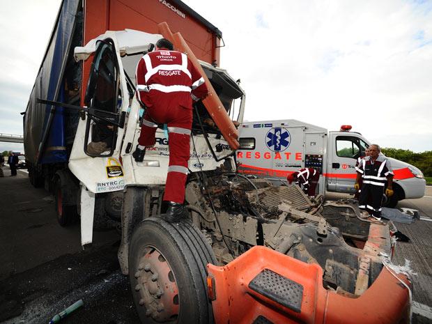 Colisão entre duas carretas causou a morte de motorista, na BR-290