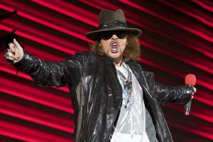 O cantor Axl Rose, do Guns N' Roses, durante show em Abu Dabi (Foto: AP)