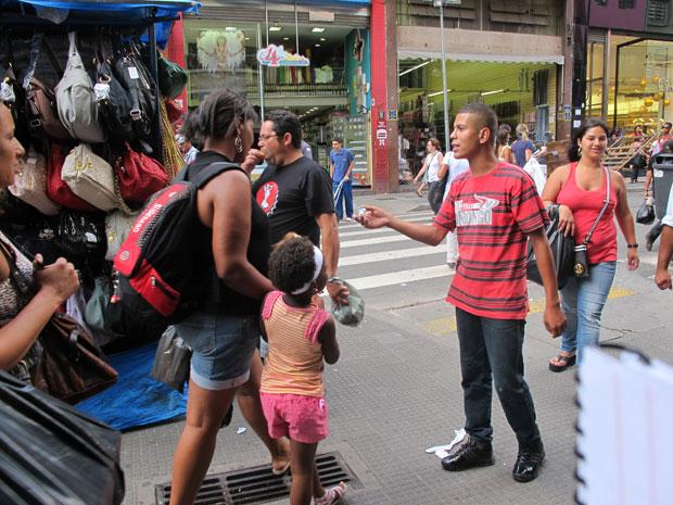 Carlos Henrique de Oliveira, 17 anos, em jornada de trabalho informal na rua 25 de Março, em São Paulo