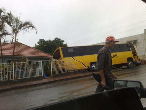 Ônibus invade casa em Quatiguá