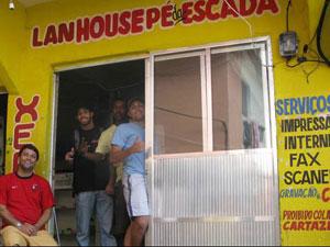 Frequentadores de lanhouse na comunidade Dona Marta, no Rio de Janeiro