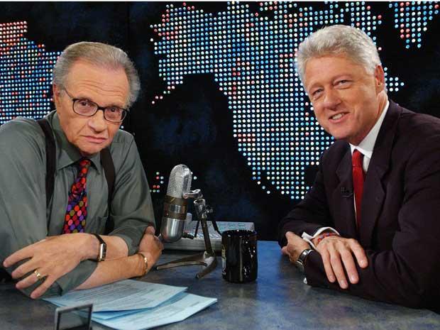 Imagem de arquivo, o apresentador Larry King recebe o ex-presidente dos EUA, Bill Clinton.