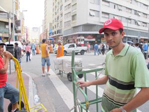 """O carregador Danilo Lobo de Oliveira, 23 anos: """"Em 2011 vou procurar um emprego com carteira assinada""""."""