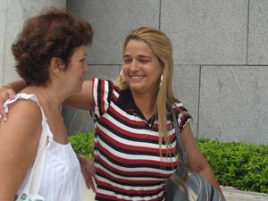 Ex-namorada do goleiro Bruno chega ao Rio